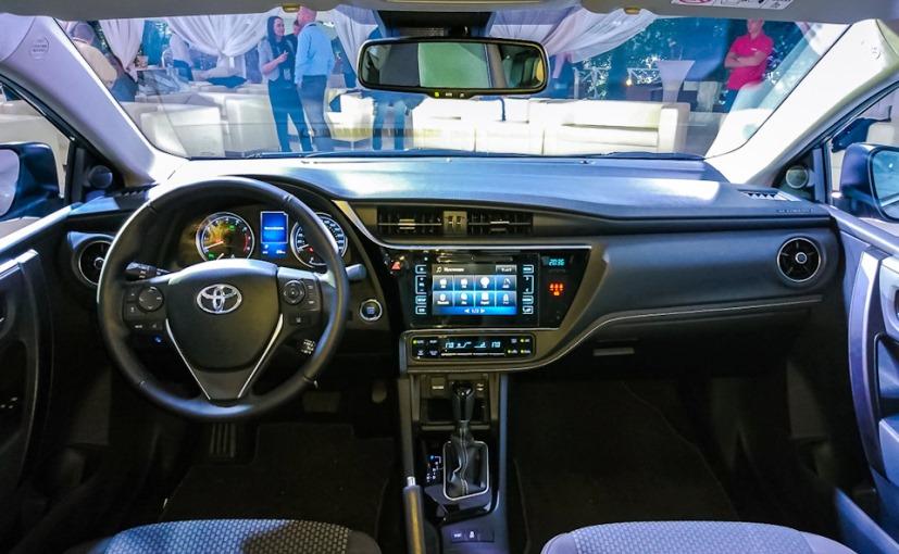 Bên trong Toyota Corolla 2017 không có quá nhiều điểm thay đổi so với phiên bản cũ.
