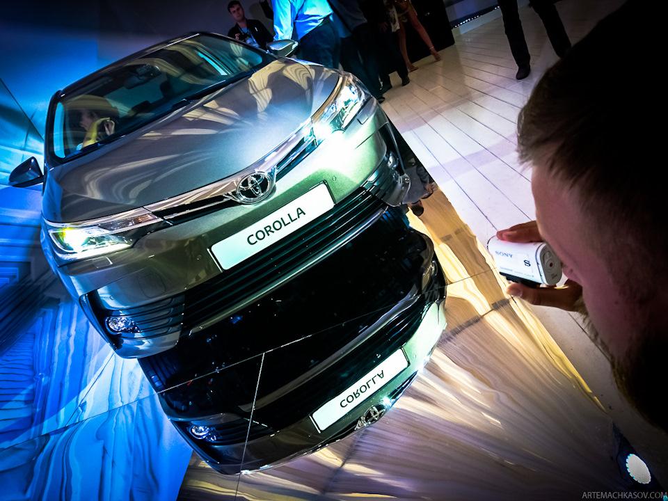 Qua những hình ảnh bằng xương, bằng thịt trong sự kiện ra mắt tại Nga, có thể thấy Toyota Corolla Altis 2017 sẽ về Việt Nam được trang bị đèn pha dạng LED mới tích hợp dải đèn LED định vị ban ngày.