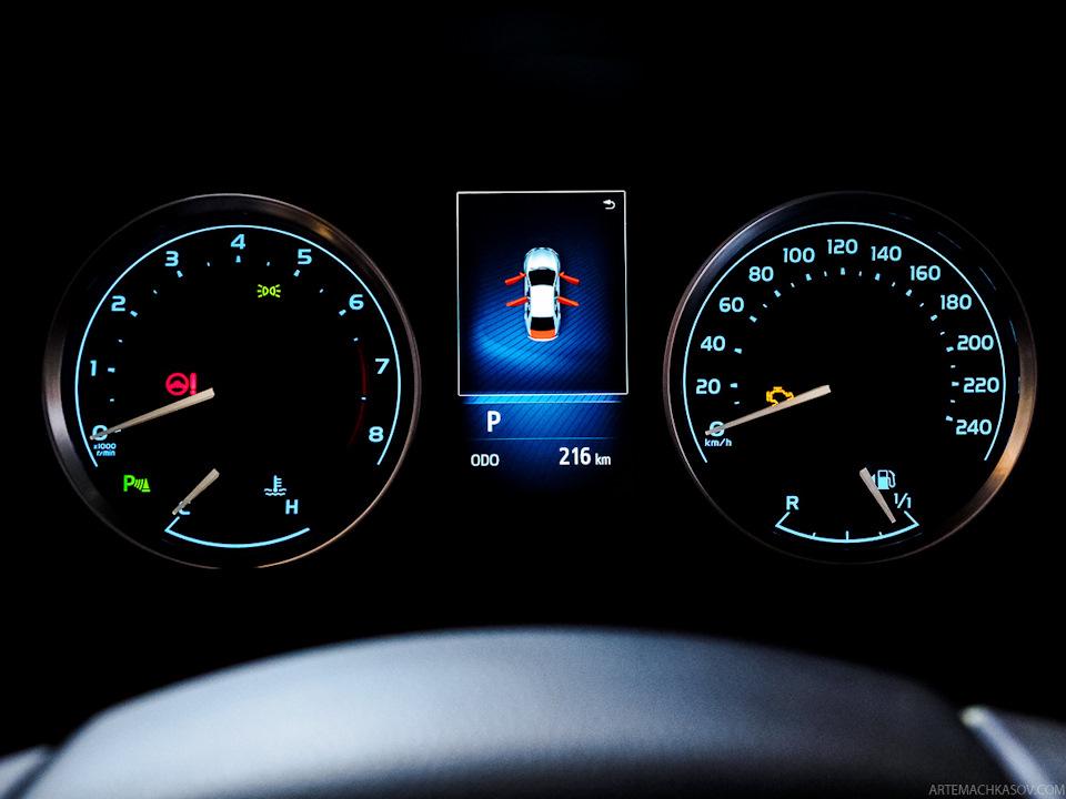 Trên cụm đồng hồ của Toyota Corolla 2017 còn có màn hình MID 4,2 inch với phần mềm nâng cấp.