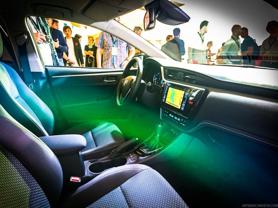 Ngoài ra, hãng Toyota còn nâng cấp chất lượng vật liệu nội thất của Corolla 2017.