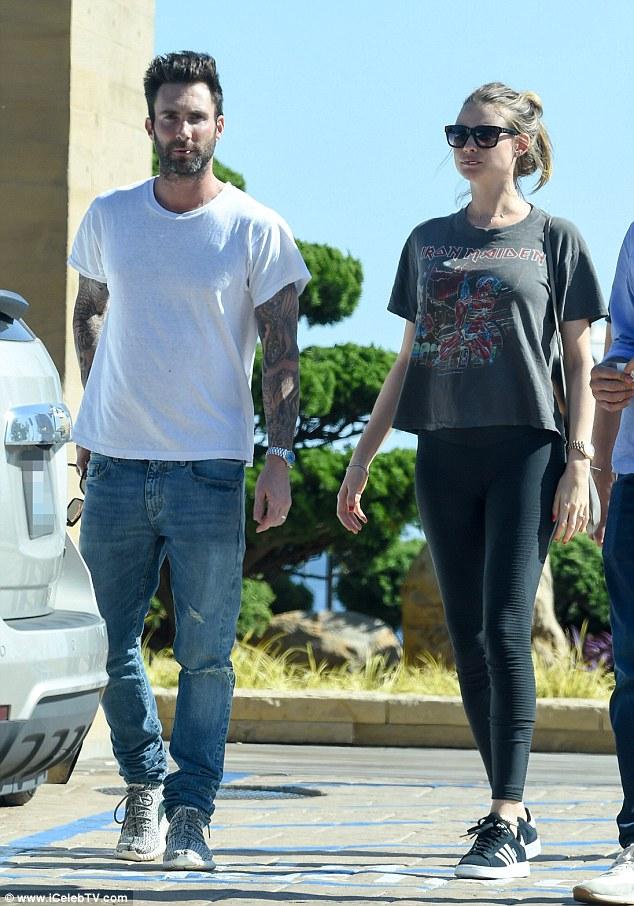 Vợ chồng Adam Levine đi từ nhà hàng ra...