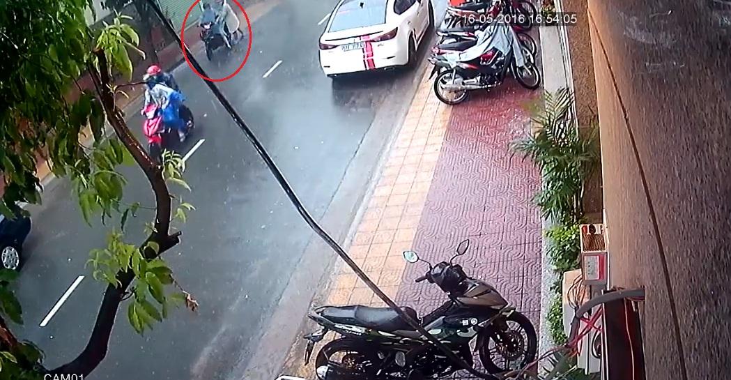 Hai tên trộm đi xe máy đến hiện trường. Ảnh cắt từ video