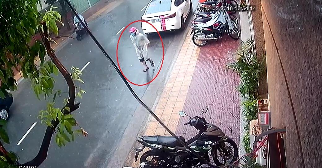 Một tên trộm xuống xe và quan sát tình hình. Ảnh cắt từ video