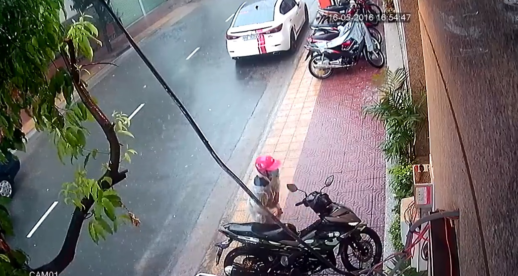 Sau khi thấy không có ai, tên trộm nhanh chóng bẻ khóa chiếc Yamaha Exciter 150 Camo. Ảnh cắt từ video