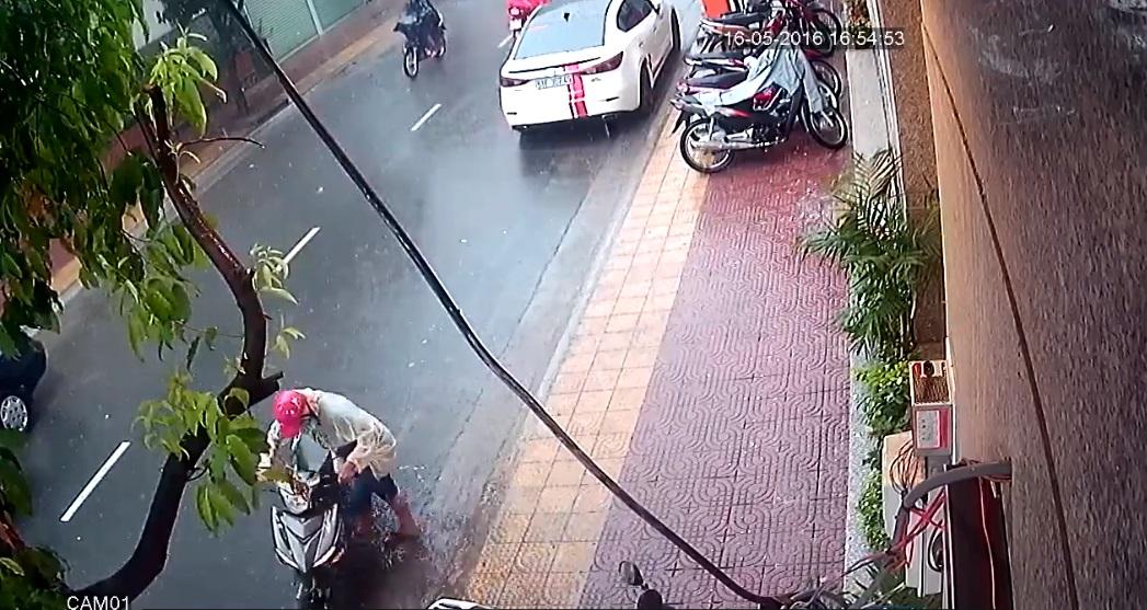 Tên trộm dắt chiếc Yamaha Exciter 150 Camo xuống đường và lái xe bỏ đi. Ảnh cắt từ video