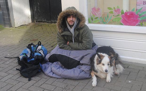 Matthew ngồi xin tiền trên phố cùng chú chó Hazel.