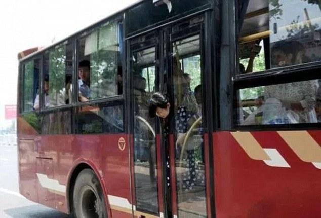 Cô gái tội nghiệp bị kẹp đầu vào giữa hai cửa của xe buýt. Hiện không rõ cô gái có bị thương nặng trong vụ tai nạn này không. Tuy nhiên, đây chắc chắn sẽ là kinh nghiệm nhớ đời của cô gái.
