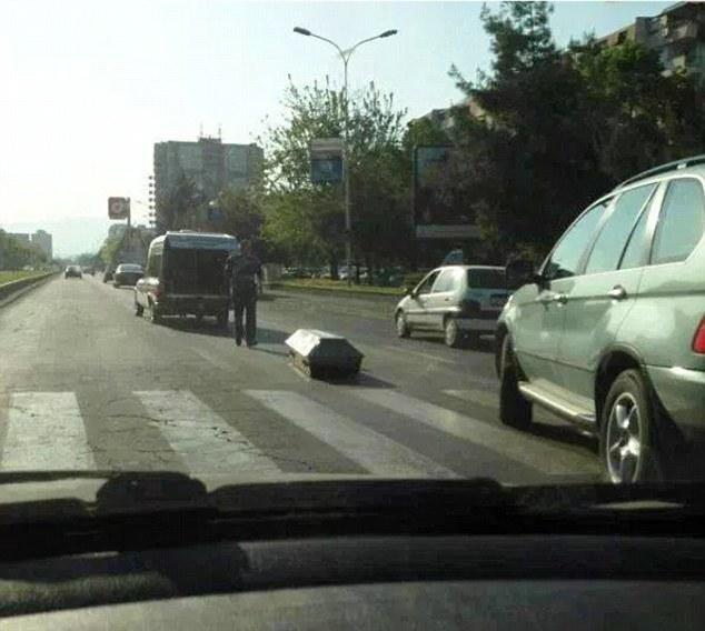 Cảnh tượng quan tài rơi xuống đường từ một chiếc xe tang khiến người đi đường rợn tóc gáy.