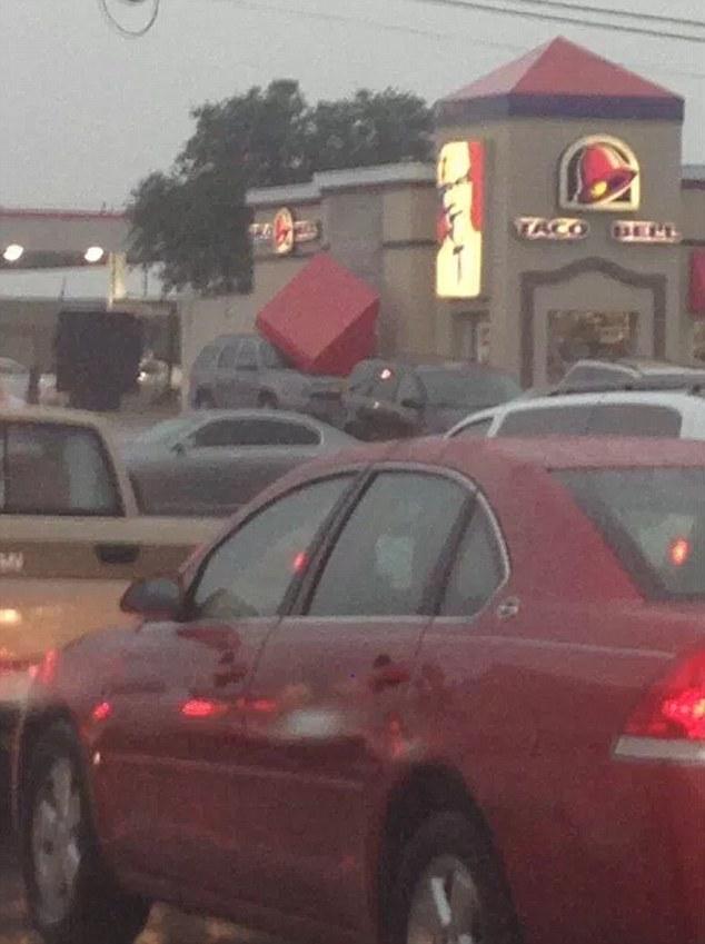 Còn gì tệ hơn khi chiếc ô tô đang đỗ của bạn bị biển quảng cáo của nhà hàng Taco Bell rơi trúng nắp capô.