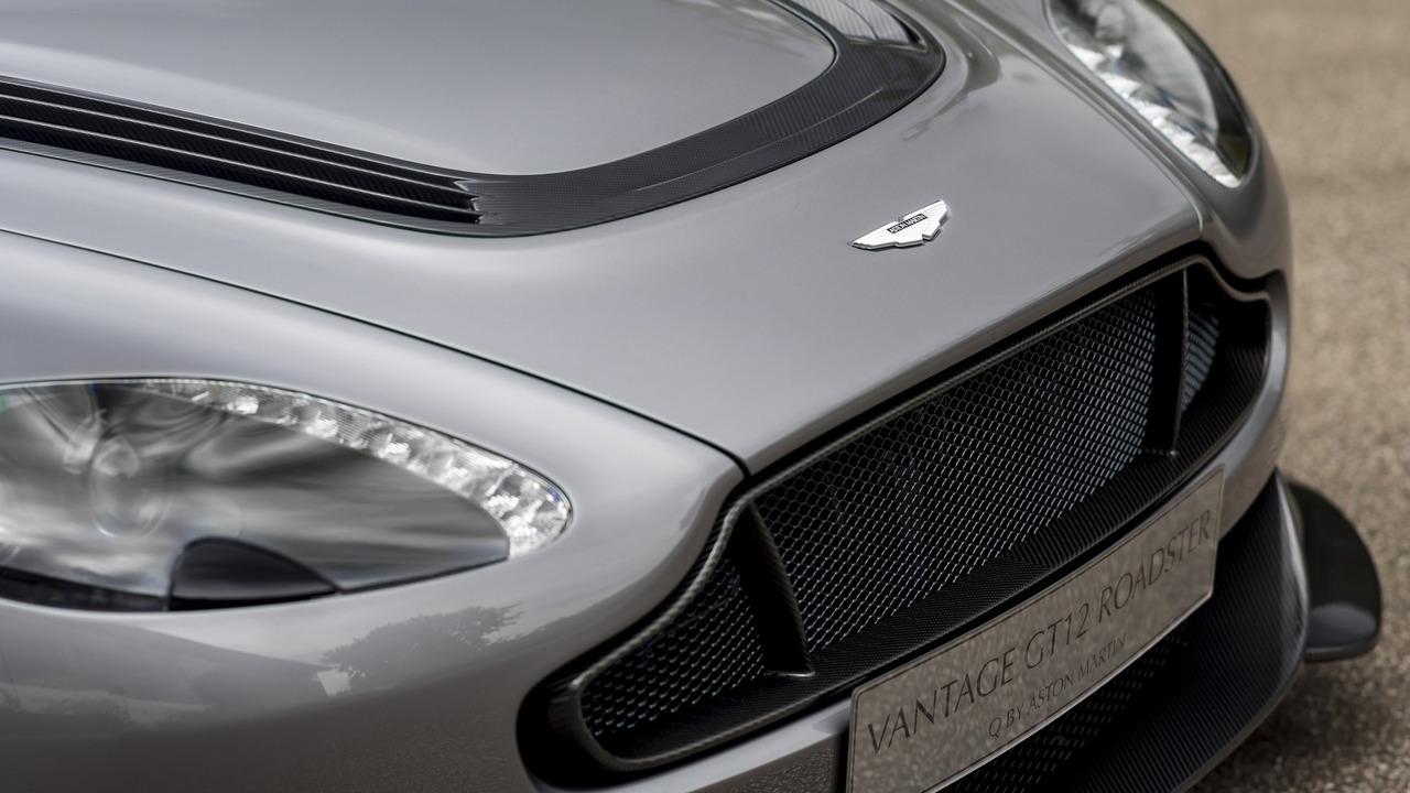 Bí quyết tất nhiên nằm ở khối động cơ V12, hút khí tự nhiên, dung tích 6.0 lít, sản sinh công suất tối đa 591 mã lực và mô-men xoắn cực đại 625 Nm của Aston Martin Vantage GT12 Roadster. Động cơ kết hợp với hộp số 7 cấp đi kèm lẫy chuyển số trên vô lăng.
