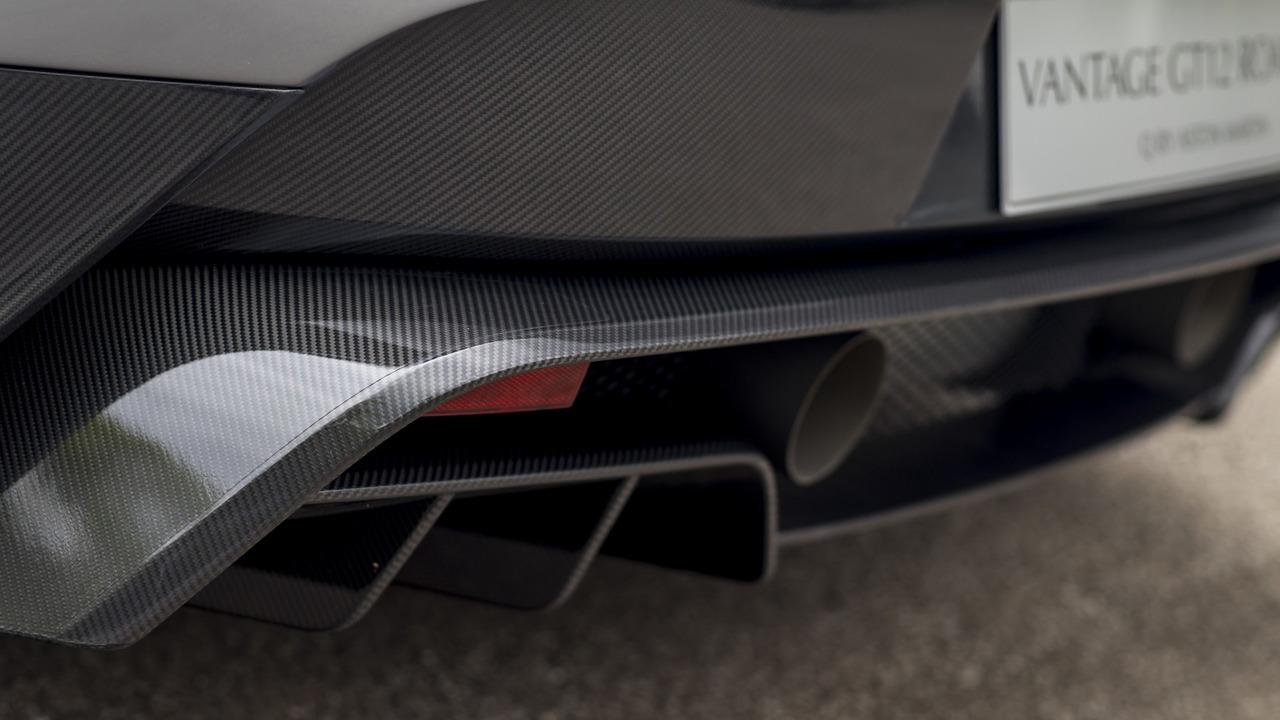 Tương tự Vantage GT12 Coupe, Aston Martin Vantage GT12 Roadster cũng có màu sơn và phụ kiện dành riêng. Có thể kể đến ống góp bằng ma-giê, hệ thống làm hoàn toàn từ titan, thân vỏ bằng sợi carbon và hệ thống treo do hãng Aston Martin tự phát triển trên Vantage GT12 Roadster.