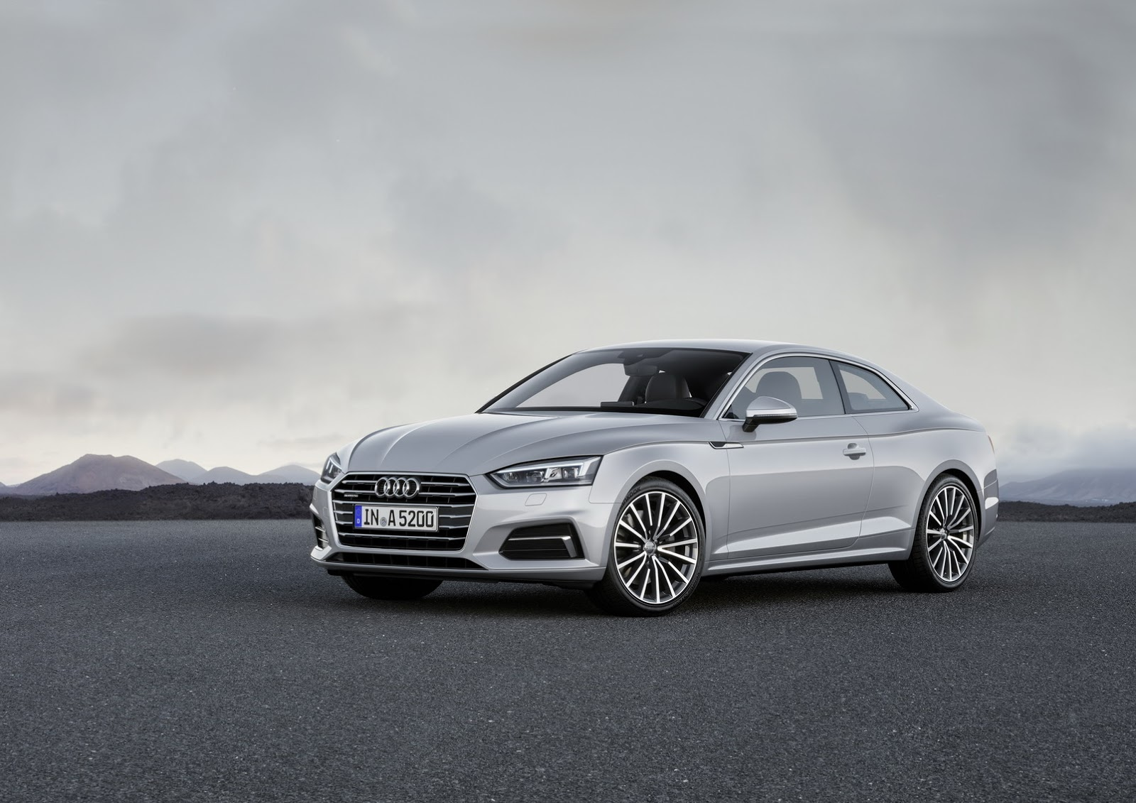 Để tạo sự khác biệt hẳn so với người anh em A4, hãng Audi đã đưa cụm đèn pha mới với kiểu dáng gọn gàng hơn cho A5 2017. Thêm vào đó là thân vỏ mềm mại, nhiều đường cong hơn trước.