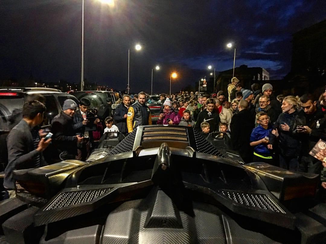 Theo hãng Caresto, phần thân vỏ của chiếc Batmobile được làm hoàn toàn bằng sợi carbon, tương tự bên trong.