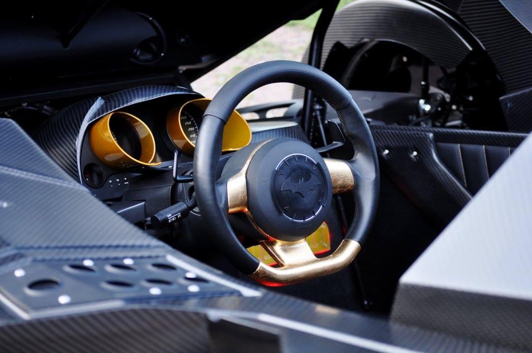 Người lái và hành khách có thể giải trí khi ngồi trong chiếc Batmobile với hệ thống âm thanh cũng như điều hòa không khí đầy đủ.