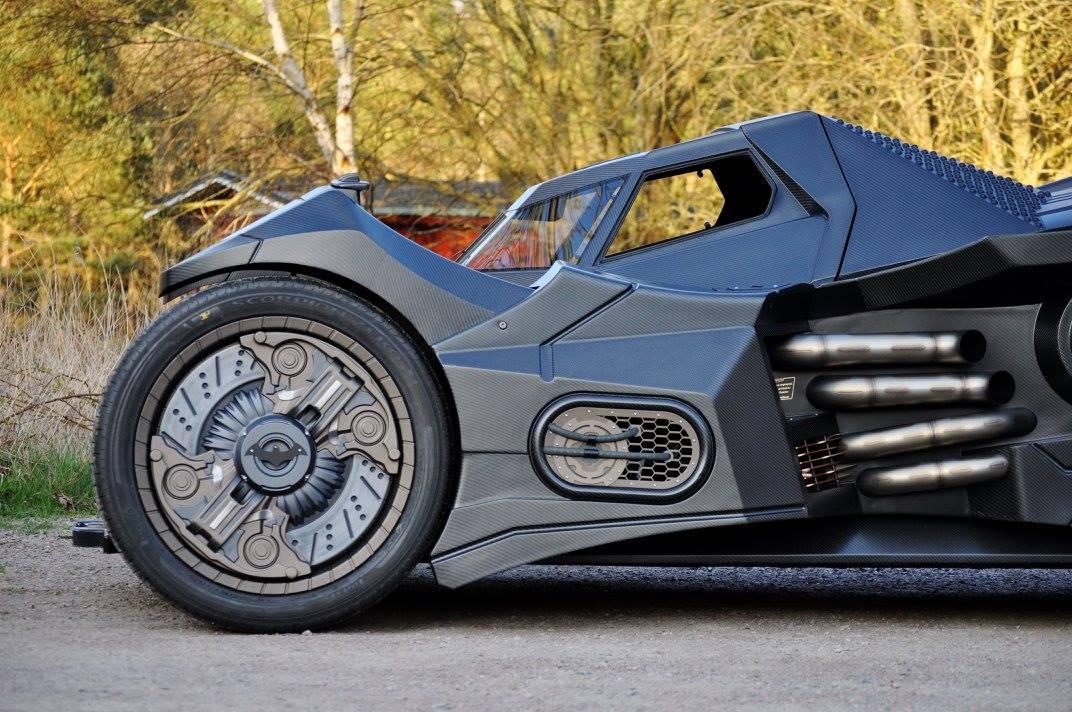 Chưa hết, chiếc Batmobile độc nhất vô nhị còn được trang bị bộ vành 26 inch cỡ lớn, đi kèm hệ thống chống bó cứng phanh ABS, kẹp phanh Brembo 8 piston phía trước và 6 piston phía sau. Hệ thống phanh này tương thích với sức mạnh và thân hình đồ sộ của chiếc Batmobile.