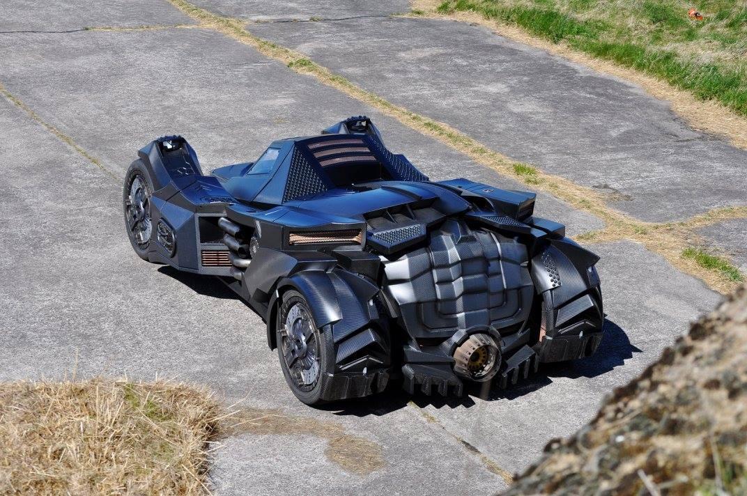 Như đã nhắc ở trên, trái tim của chiếc Batmobile là khối động cơ V10, dung tích 5,2 lít lấy từ Lamborghini Gallardo. Động cơ sản sinh công suất tối đa 560 mã lực và kết hợp với hộp số dạng lẫy gạt. Động cơ nằm phía sau khoang hành khách và trên khung dạng ống chế tạo riêng.