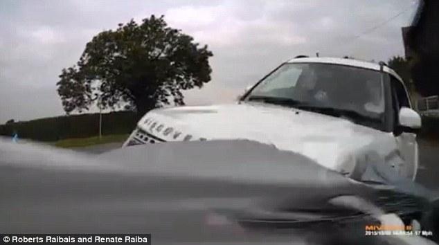 Hai chiếc Vauxhall Signum và Land Rover Discovery 3 đâm vào nhau. Ảnh cắt từ video