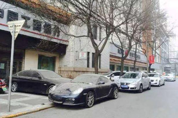 Hai chiếc xe này thuộc sở hữu của hai người sống cùng khu.