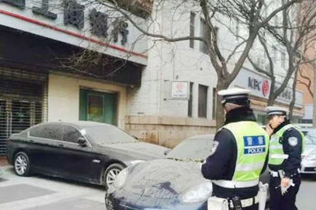 Lực lượng cảnh sát đến hiện trường điều tra.