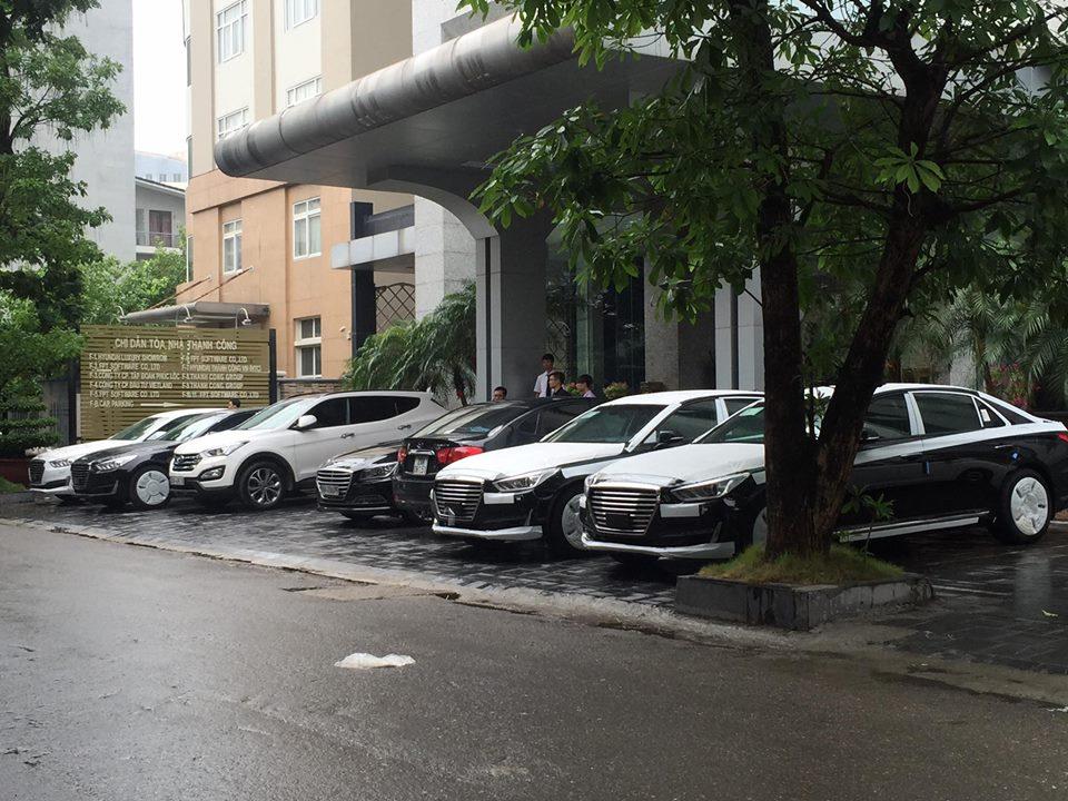 Dàn Genesis G90 đỗ bên ngoài tòa nhà ở Hà Nội.