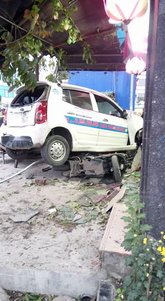 Chiếc taxi bị hư hỏng đáng kể sau vụ tai nạn.