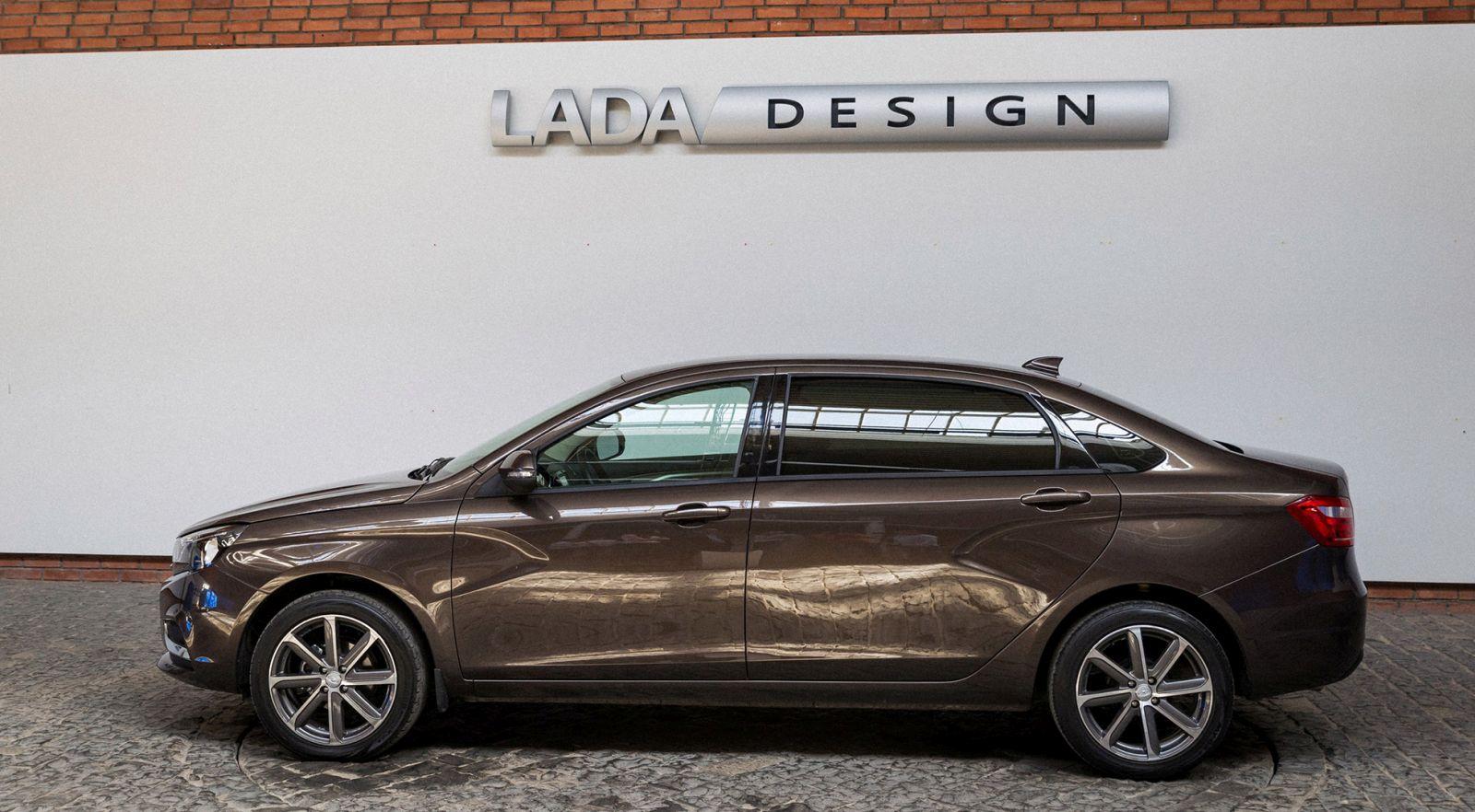 So với Vesta tiêu chuẩn, Lada Vesta Signature sở hữu chiều dài cơ sở nhỉnh hơn 250 mm. Hiện Lada Vesta thông thường có chiều dài cơ sở 2.885 mm. Ngoài ra, chiều dài tổng thể của Lada Vesta Signature cũng được tăng từ 4.410 mm lên 4.660 mm.