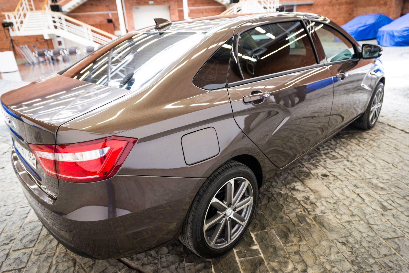 Không chỉ là phiên bản kéo dài của xe giá rẻ Lada Vesta, Signature còn được bổ sung hàng loạt trang thiết bị hiện đại và sang trọng hơn. Nhóm khách hàng nhắm đến của Lada Vesta Signature chính là những doanh nhân người Nga muốn mua xe limousine giá mềm. Ngoài ra, Lada Vesta Signature còn là lựa chọn phù hợp với những người muốn mua xe rộng rãi và có nhiều tính năng tiện nghi.