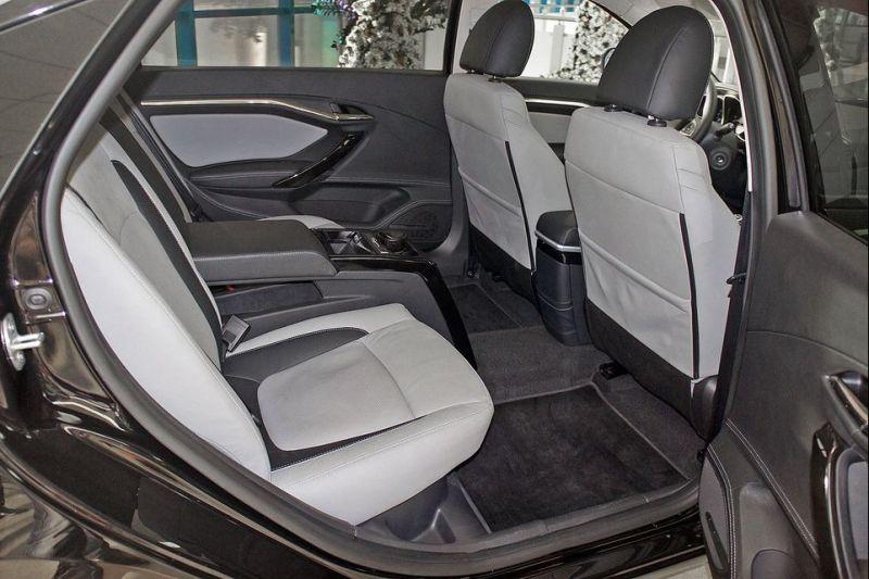 Nhờ đó, khoảng duỗi chân cho hành khách ngồi trên hàng ghế sau của Lada Vesta Signature được tăng thêm 200 mm.