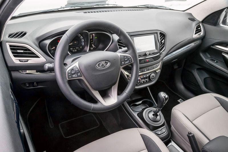 Về trang thiết bị, Lada Vesta Signature có bộ la-zăng 17 inch mới, điều hòa không khí tự động 2 vùng, radar hỗ trợ đỗ xe và nội thất bọc da 2 màu.