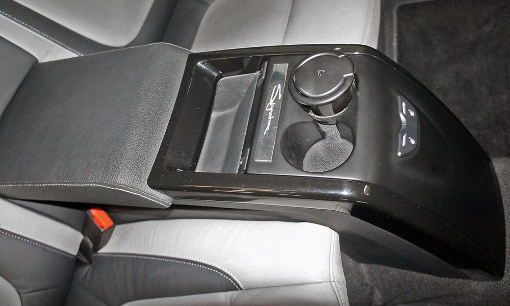 Nằm giữa hai ghế sau có sưởi ấm là cụm điều khiển trung tâm.