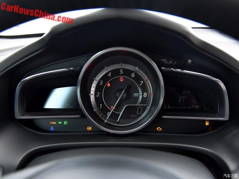 Thứ hai là động cơ 2,5 lít với công suất tối đa 192 mã lực và mô-men xoắn cực đại 252 Nm. Động cơ này kết hợp với hệ dẫn động 4 bánh và hộp số tương tự như trên. Lượng nhiên liệu tiêu thụ trung bình của Mazda CX-4 là 6,2 lít/100 km đối với phiên bản 2.0 và 7,2 lít/100 km với phiên bản 2.5.