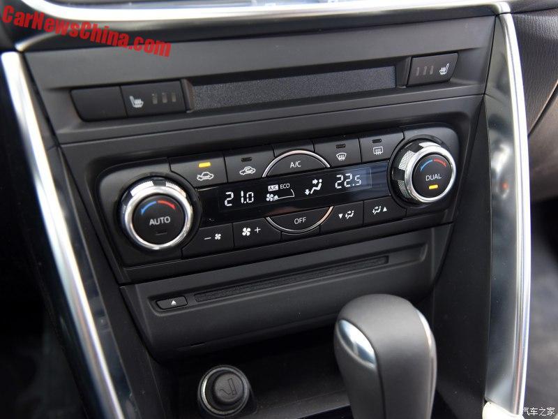 Trên cụm điều khiển trung tâm có nút chỉnh hệ thống điều hòa tự động 2 cùng, núm xoay và ấn sau cần số để điều khiển hệ thống thông tin giải trí.