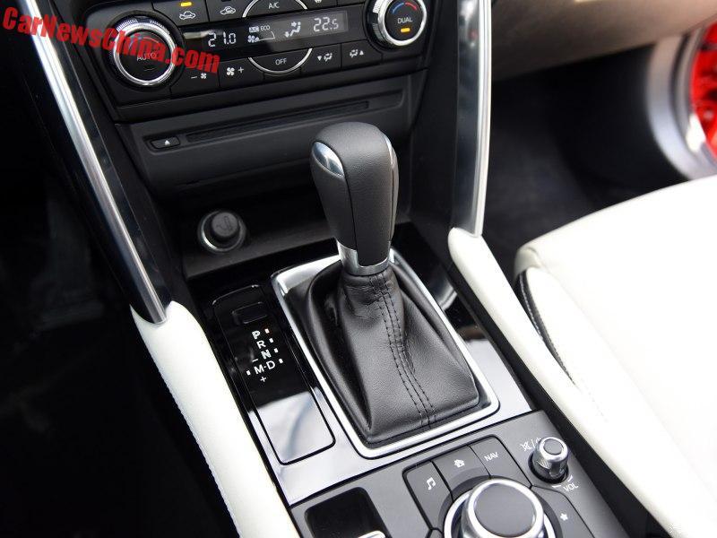 Tại thị trường Trung Quốc, Mazda CX-4 có 2 tùy chọn động cơ xăng Skyactiv-G 4 xy-lanh. Đầu tiên là động cơ 2.0 lít tiêu chuẩn với công suất tối đa 158 mã lực và mô-men xoắn cực đại 220 Nm. Sức mạnh được truyền tới cầu trước thông qua hộp số tự động 6 cấp.