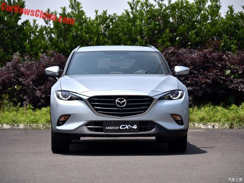 Trên đầu xe Mazda CX-4 hoàn toàn mới có lưới tản nhiệt hình thang cỡ lớn và cụm đèn pha dạng LED, vuốt ngược về phía sau. Đằng sau Mazda CX-4 là trần xe thể thao, kéo dài bằng cánh gió đuôi phong cách. Tiếp đến là cụm đèn sương mù cỡ lớn, nằm ở phần dưới của cản va, bên trên hai ống xả.