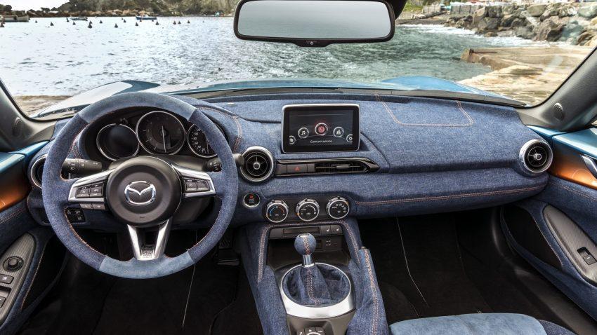 Bước vào bên trong chiếc Mazda MX-5 Levanto có một không hai, người lái sẽ bất ngờ với không gian nội thất được bọc bằng chất liệu vải jeans độc đáo.