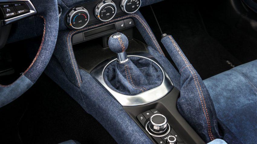 Chất liệu vải jeans bọc nội thất của Mazda MX-5 Levanto có màu xanh hải quân và hoàn toàn có thể giặt được. Nổi bật trên nền vải jeans là đường chỉ khâu màu cam đối lập, tương tự bộ cánh ngoại thất.