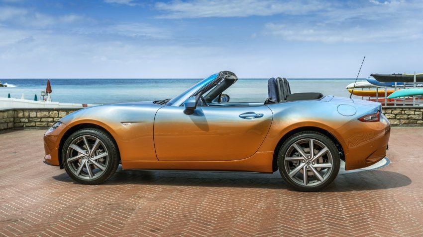 Bên ngoài, chiếc Mazda MX-5 Levanto có một không hai gây ấn tượng với thân vỏ được sơn màu hoàng hôn mùa hè. Nói cách khác, đây là màu sơn cam kết hợp với xanh lam, gợi liên tưởng đến bầu trời lúc hoàng hôn.