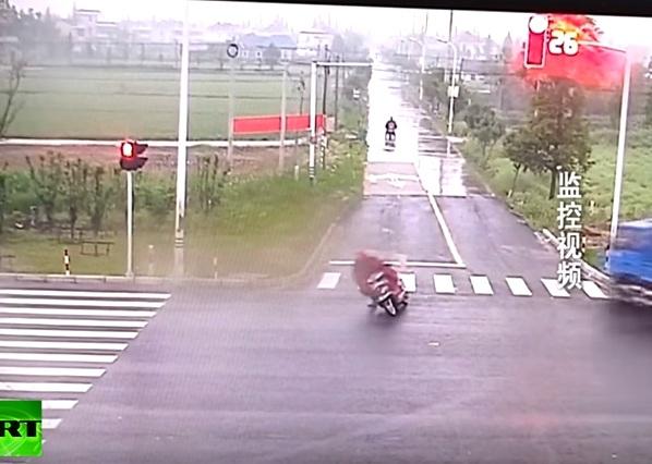Người đàn ông bỏ xe máy lại và chạy thoát thân. Ảnh cắt từ video