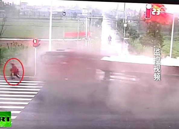 Người đàn ông may mắn thoát chết trong vụ tai nạn liên hoàn. Ảnh cắt từ video