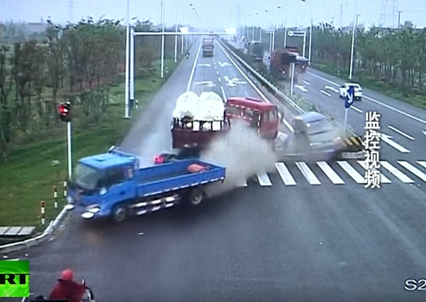 Chiếc xe đầu kéo đâm 2 ô tô chạy cùng chiều. Ảnh cắt từ video
