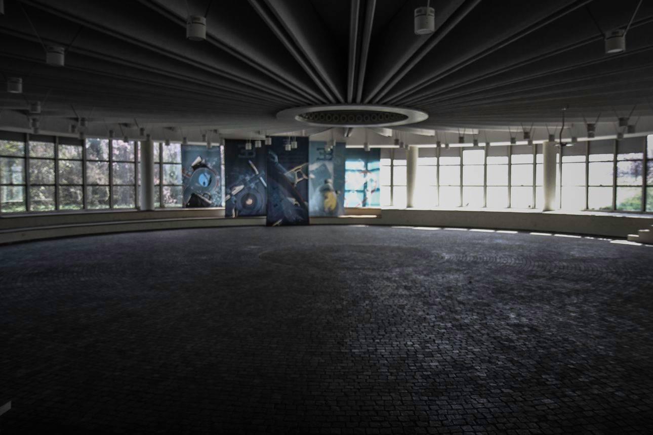 Tiếp đến là một sảnh rất lớn từng là nơi thử nghiệm động cơ của nhà máy Bugatti, phòng riêng dành cho giám đốc điều hành, phòng lắp ráp và phòng ăn trưa của nhân viên.
