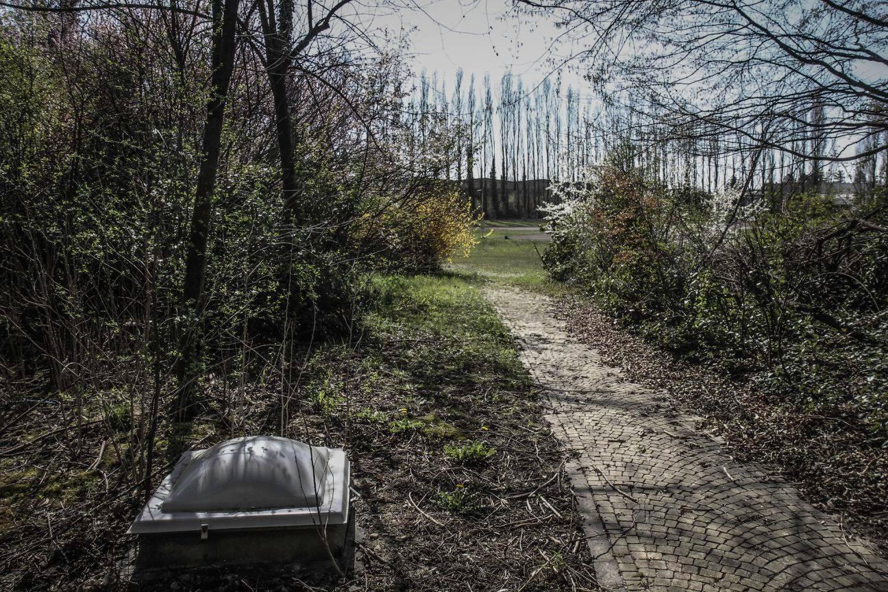 Lối đi lát gạch bên ngoài nhà máy bỏ hoang của Bugatti tại Ý.