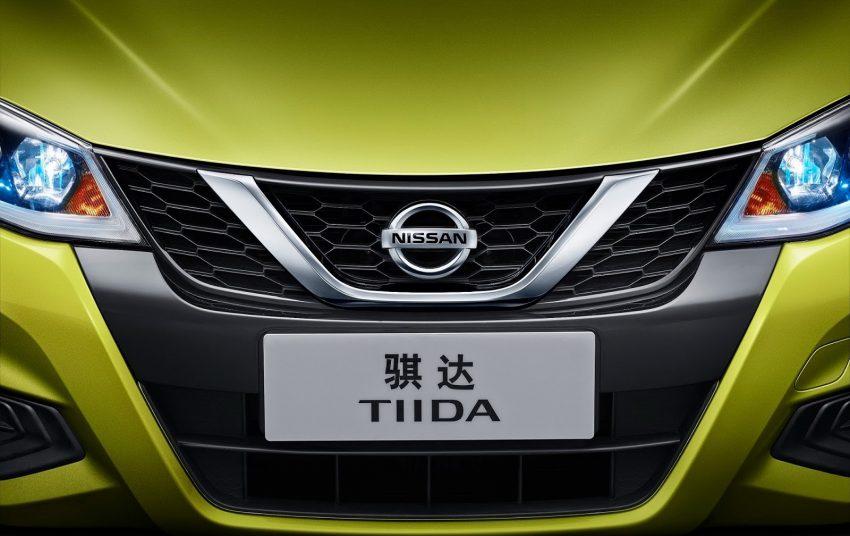 Nissan Tiida 2017 được trang bị phần đầu xe mới, tương tự người anh em Maxima. Điểm nhấn trên đầu xe của Nissan Tiida 2017 chính là lưới tản nhiệt V-Motion và cụm đèn pha vuốt ngược về phía sau, tích hợp dải đèn LED chiếu sáng ban ngày. Bên cạnh đó là cản va trước tái thiết kế, mang đến sự mới mẻ cho đầu xe.