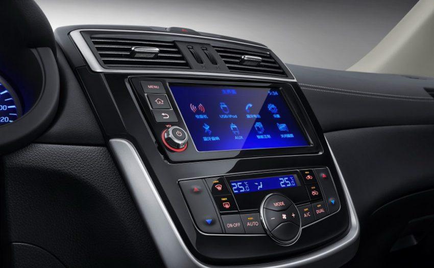 Điều đó đồng nghĩa với bản trang bị cao nhất của Nissan Tiida 2017 sẽ có ghế bọc da sưởi ấm, điều hòa không khí tự động 2 vùng, hệ thống thông tin giải trí đi kèm màn hình 7 inch ở giữa bảng táp-lô và vô lăng đa chức năng.