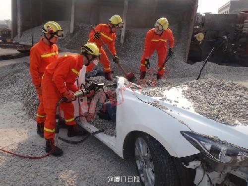 Lực lượng cứu hộ đào sỏi đá và cắt chiếc ô tô ra.