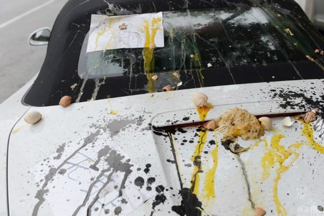 Trứng, mỳ tôm và mực trên chiếc Porsche mui trần.