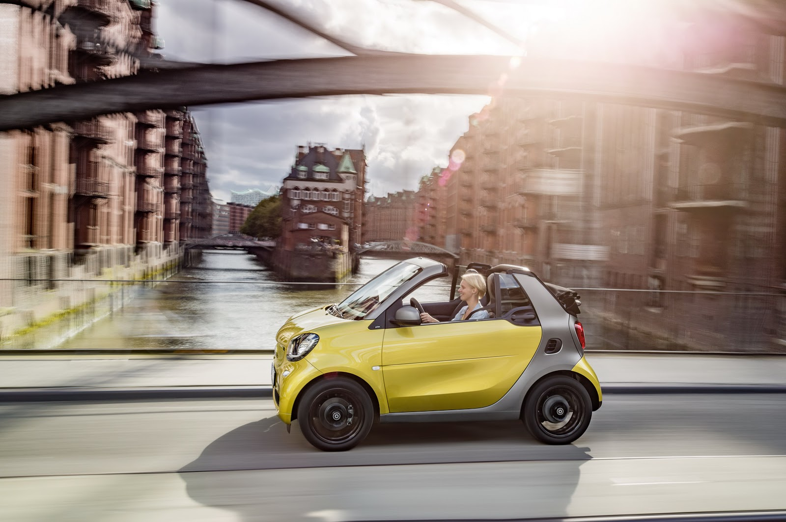 Ngoài Passion, Smart ForTwo Cabriolet tại thị trường Mỹ còn có 2 bản trang bị cao cấp hơn là Prime và Proxy. Nếu mua Smart ForTwo Cabriolet Proxy và một số tính năng tùy chọn khác, khách hàng sẽ phải trả số tiền ít nhất 21.000 USD, tương đương 471 triệu Đồng.