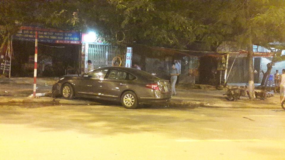 Vào thời điểm đó, một chiếc Nissan Teana mang biển số Hà Nội đang di chuyển trên đường Tố Hữu thì bất ngờ mất lái, lao lên vỉa hè và đâm vào 2 chiếc xe máy đang đỗ. Không dừng ở đó, chiếc xe 4 chỗ còn đâm vào cột biển báo và gốc cây bên đường.