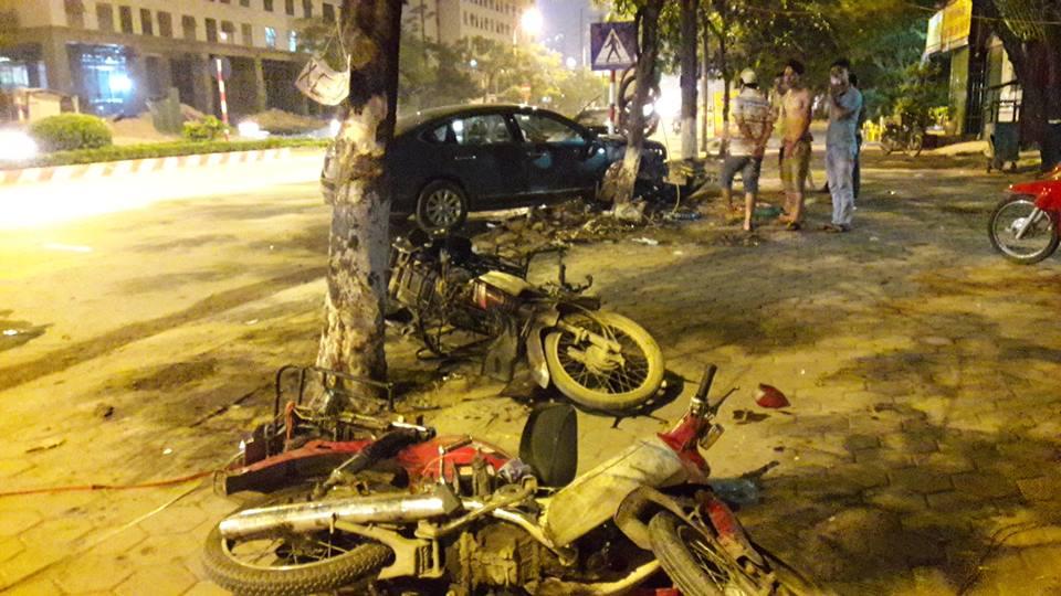 Bên cạnh đó là hai chiếc xe máy nằm đổ trên vỉa hè.