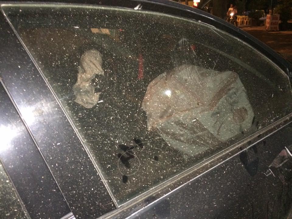 Trên chiếc Nissan Teana có 2 bố con nhưng cả hai may mắn không bị thương đáng kể trong vụ tai nạn vì túi khí đã bung. Theo các nhân chứng tại hiện trường vụ tai nạn, người đàn ông điều khiển chiếc Nissan Teana có dấu hiệu say rượu.